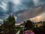 Orage de Chaleur : jeu de couleurs avec �clair entre les nuages