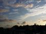 Plumes de nuages avec Paris en ombre chinoise