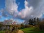 Soleil nuages et ciel bleu