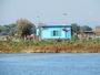 C 'est une maison bleue...... on y rentre � pied.....